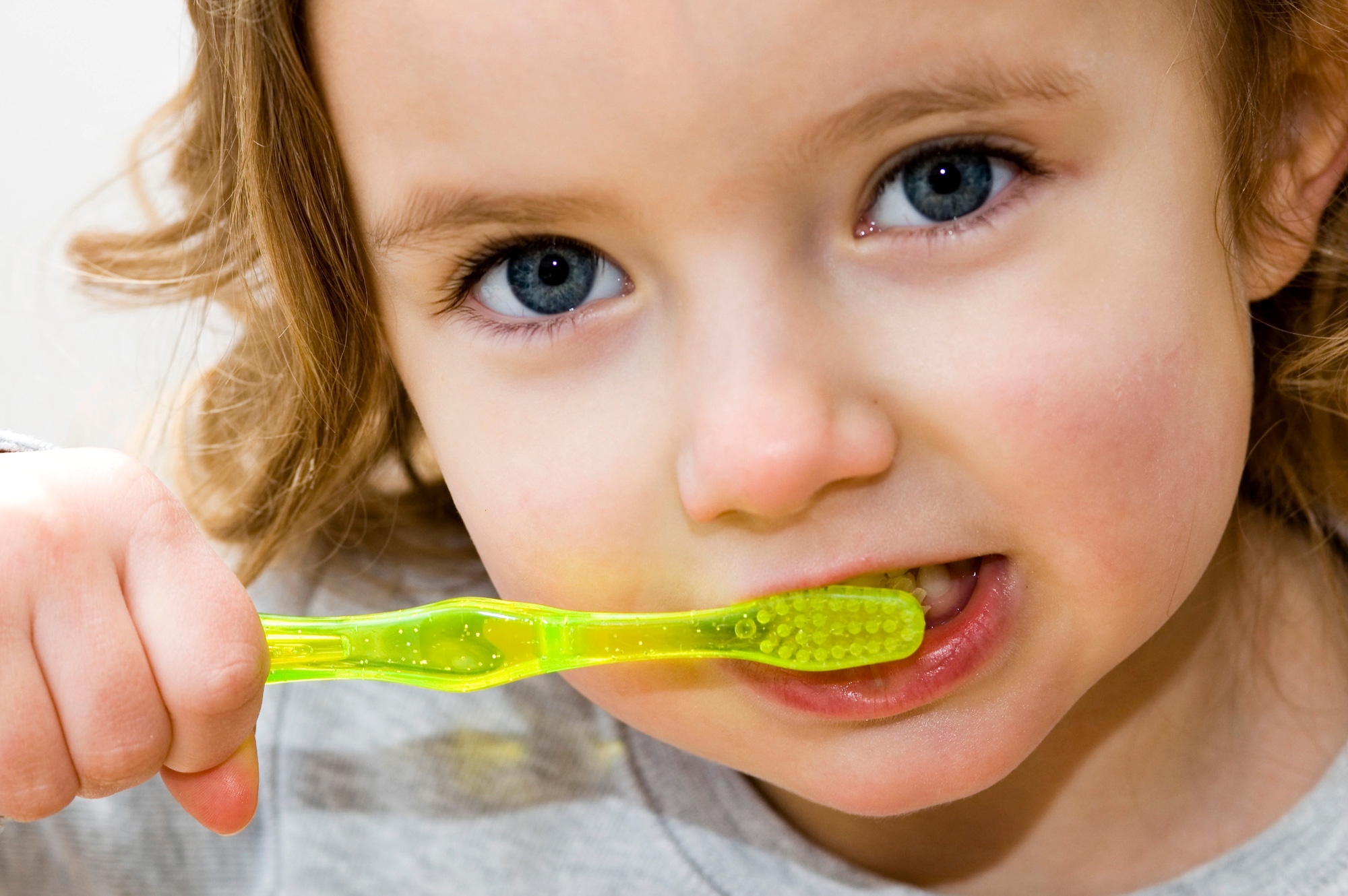 Depositphotos_8000250_original-Girl-Brushing-Preventive-